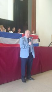 Landrat Michael Lieber im Gespräch mit den Schüler/innen