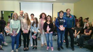 Die Sieger/innen mit Jury und Schulleiterin
